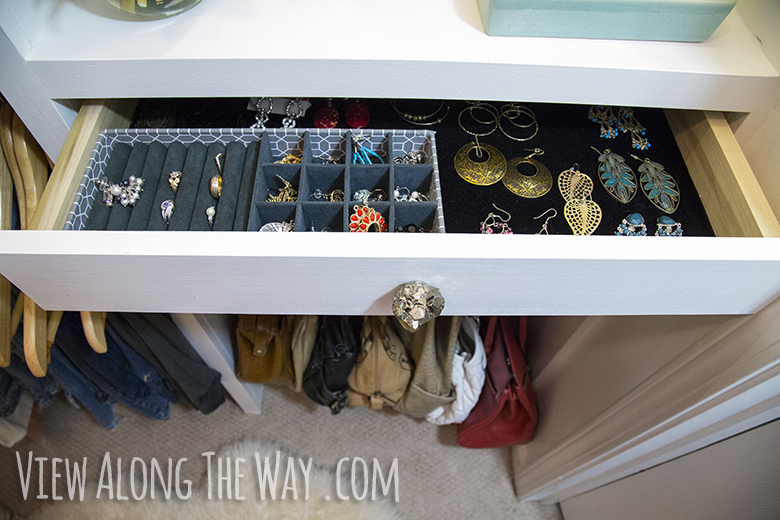 DIY jewelry storage! See how to make your own velvet-lined drawers AND the knobs!